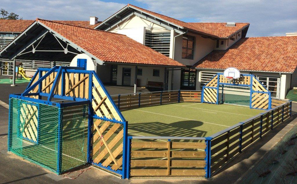 Le terrain Junior AGORESPACE dans la cour d'école à Guethary (64).